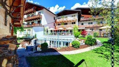 https://images.seekda.net/AT_RIEDER_HOF/Aussenansicht_Hotel_Sommer_Garten.jpg