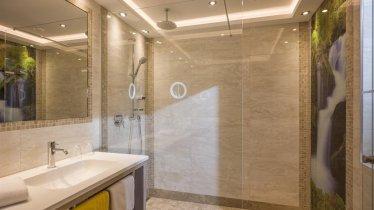 Doppelzimmer Zirbe Badezimmer, © Bichlingerhof