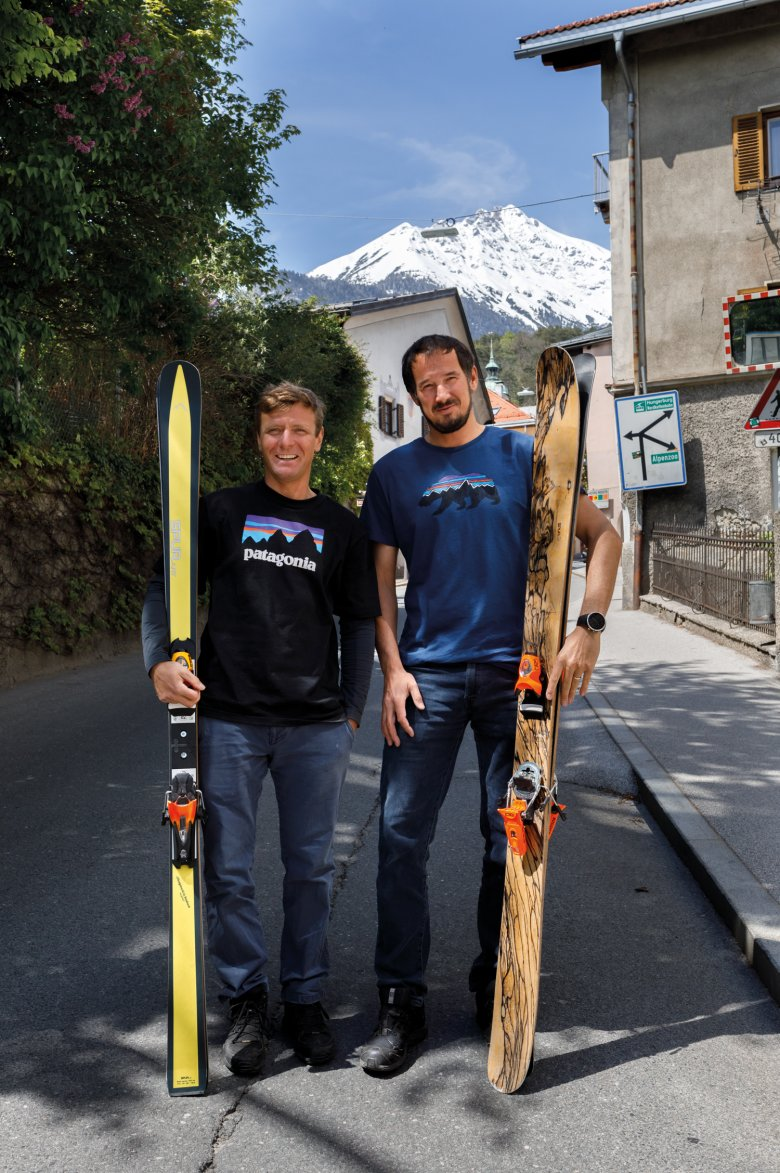 Passionate about wood: SPURart co-founders Michael Freymann (to the left) and Peter Pfeifer with their favourite ski designs.