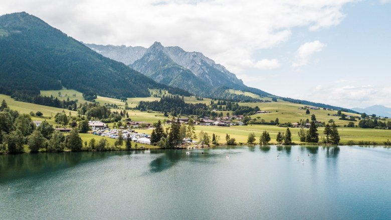 The venue of STOABEATZ Festival is towered by the jagged peaks of Kaiser Mountain Range. , © Jonathan Forsthuber