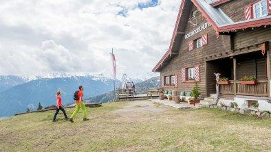 Rosskogelhütte mit Wanderer