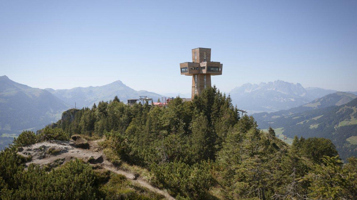 The huge Jakobskreuz cross at the Buchensteinwand, © Tirol Werbung / Jens Schwarz