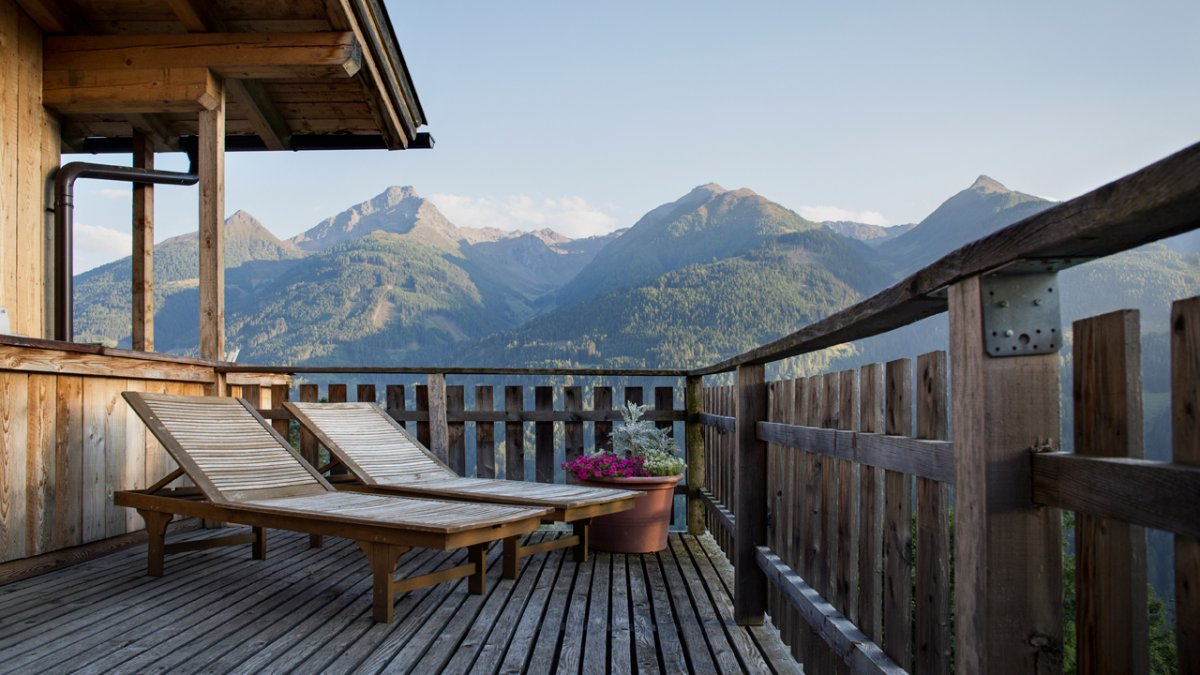 The large balcony is the perfect place to top up your tan as you enjoy breathtaking views of the Virgental Valley., © Tirol Werbung/Lisa Hörterer