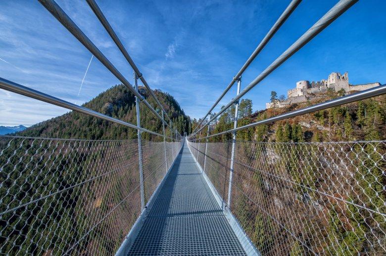 The Highline 179 bridge looking towards the Burgwelt Ehrenberg castle ruins. Photo: Naturparkregion Reutte
