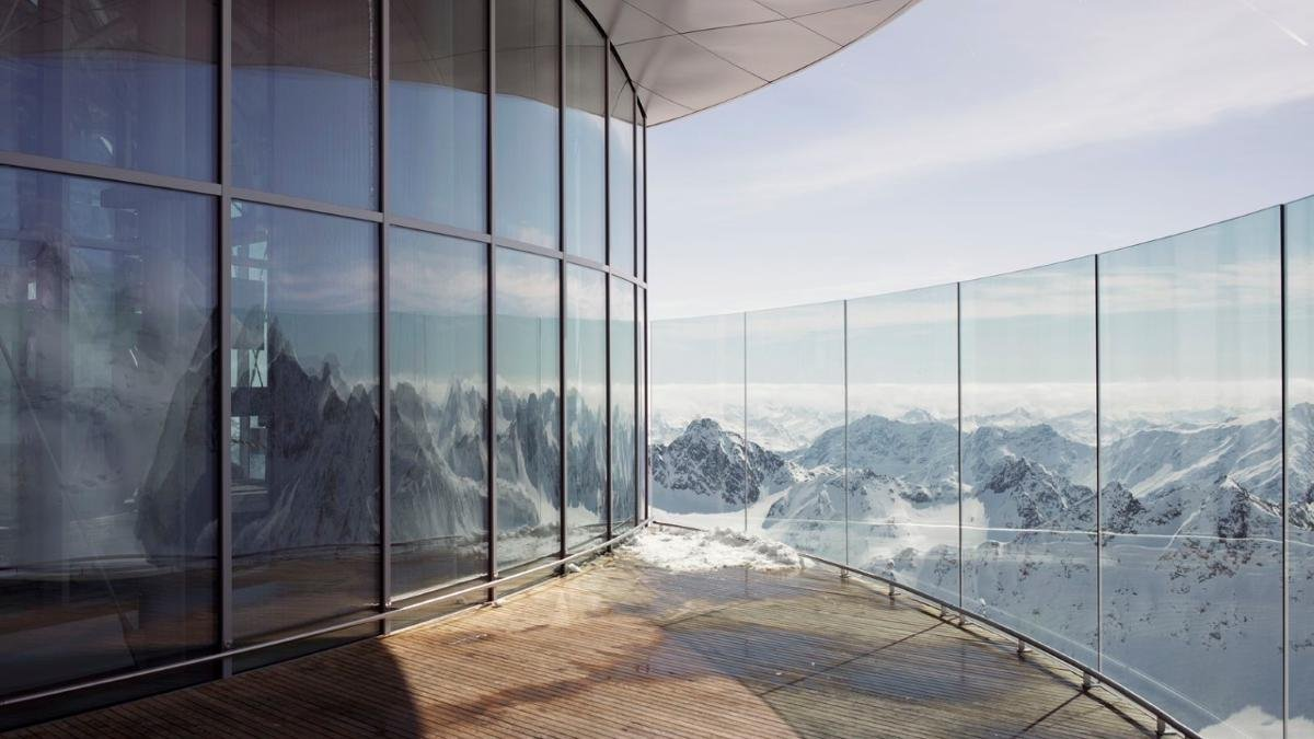 """The clue is in the name at the """"Café 3440"""" on the Pitztal Glacier. This futuristic building at 3,440 metres above sea level is the highest café in Austria and the ideal place to marvel at the mountains over coffee and home-made cake., © Tirol Werbung/Verena Kathrein"""