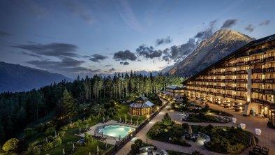 Außenansicht in der Nacht, © Interalpen-Hotel Tyrol
