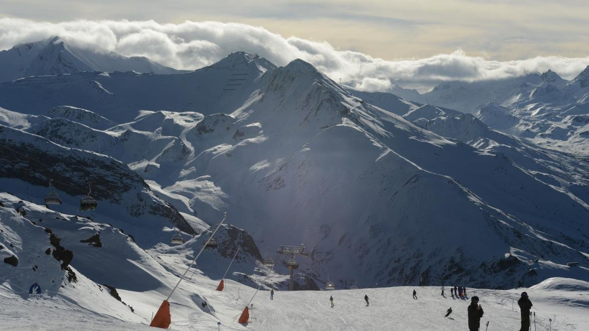 45 lifts and cable cars, almost 240km of pistes – the Silvretta Arena, which connects Ischgl with the Samnaun region in Switzerland, offers snowsure slopes from November until May., © Paznaun-Ischgl
