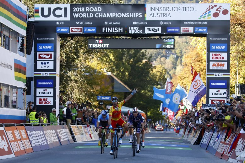 Alejandro Valverde won a dramatic sprint finish to end his long wait for victory in the elite men's World Championship road race in Innsbruck.