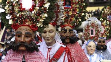 """""""Roller"""" and """"Scheller"""" at the Imst Schemenlauf Parade, © Tirol Werbung/Bernhard Aichner"""