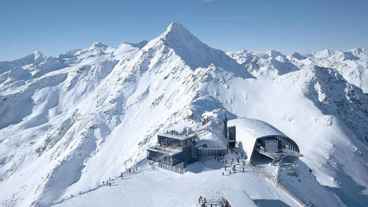 Ambitious skiers looking for a challenge should try the BIG3, a 50km ski safari taking in the three big mountains in Sölden – the Gaislachkogl, the Tiefenbachkogl and the Schwarze Schneid – in just one day. But beware, with so many pistes to ski and so few hours to do it, don't expect to spend much time admiring the modern cable cars, fine food and breathtaking views!, © Ötztal Tourismus/Markus Bstieler