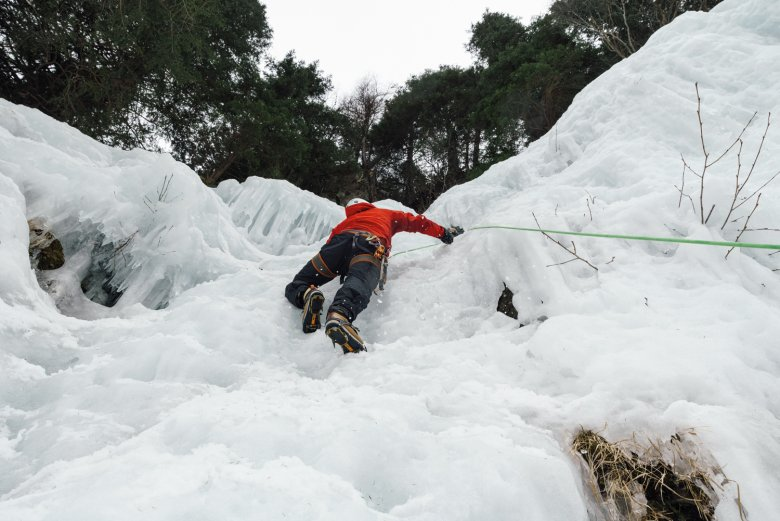 It's all about the equipment: With the crampons and ice tools our author manages to climb the wall. But has he got enough strength to get all the way to the top?