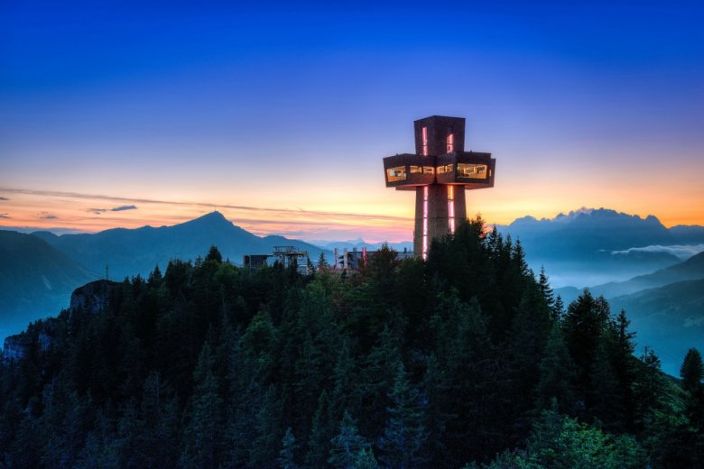 Standing 29.6 meters tall atop the summit of Buchensteinwand Mountain, Jakobskreuz is a multi-storey building in the shape of a cross. An elevator brings pilgrims on the Way of St. James, art lovers, seminar delegates and visitors up to the viewing platform. (Photography: TVB Pillerseetal)