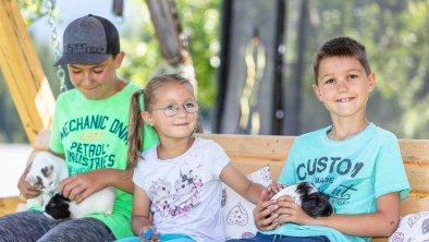 Kinder mit den Meerschweinchen Lilli und Sigi