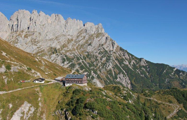 Grutten Hut at the heart of Wilder Kaiser Range (c) TVB Wilder Kaiser / Simon Oberleitner
