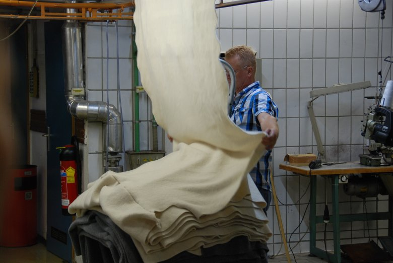As a last manufacturing step, the Walk fabric is smoothened and pressed with rotating rollers under pressure: Walk, freshly felted and pressed. (Photo Credit: Michael Gams)