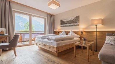 Doppelzimmer mit Natur-Zirbenholz, © Hotel Sonnenhof