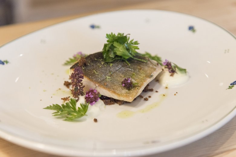 The marinated arctic char fillets are seared quickly on both sides and served with yogurt foam, herb dressing and rye bread crunch topping.