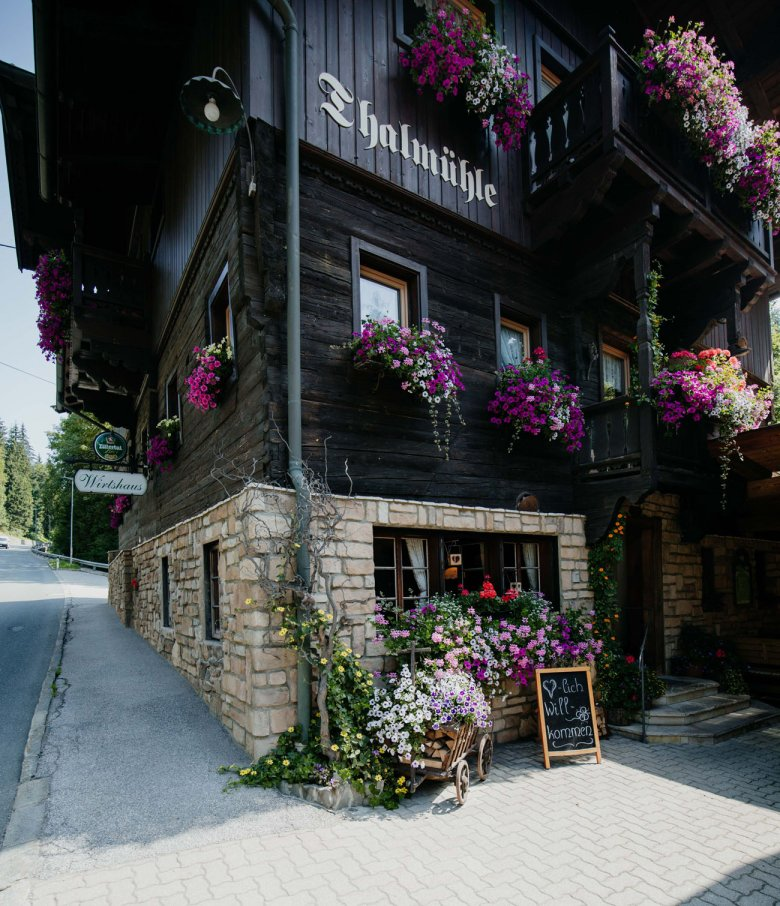 The traditional guesthouse is located on the road between Oberau and Auffach.