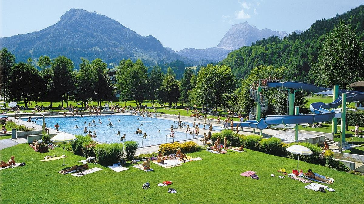 Fun, games, sport and relaxation – the Kaiserquell-Freizeitcenter leisure area remains open all year and is popular with guests and locals of all ages., © Kitzbüheler Alpen - St Johann in Tirol