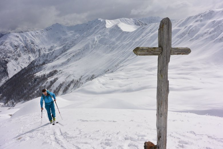 A cross without a name shows the way to the top of Gaishörndl Peak.