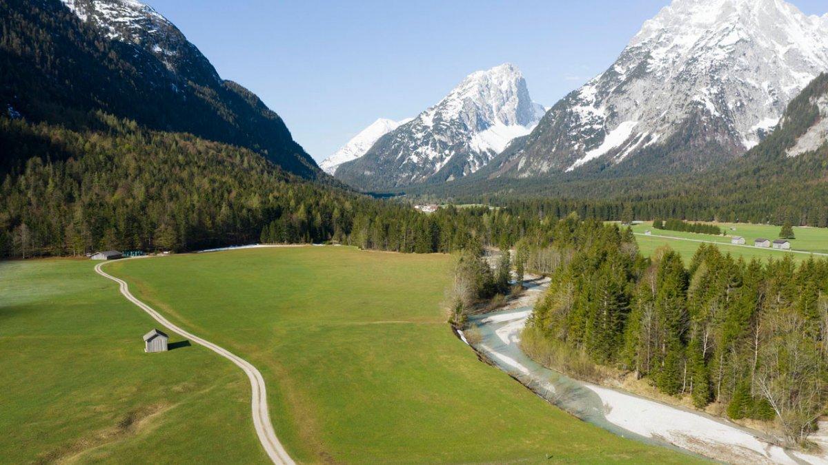 Spring hike along the Leutascher Ache river, © Tirol Werbung/Mario Webhofer