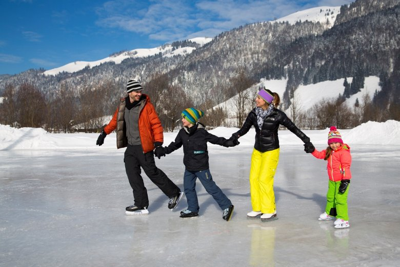 Find a frozen pond, tie your laces and have fun! © TVB Kaiserwinkl