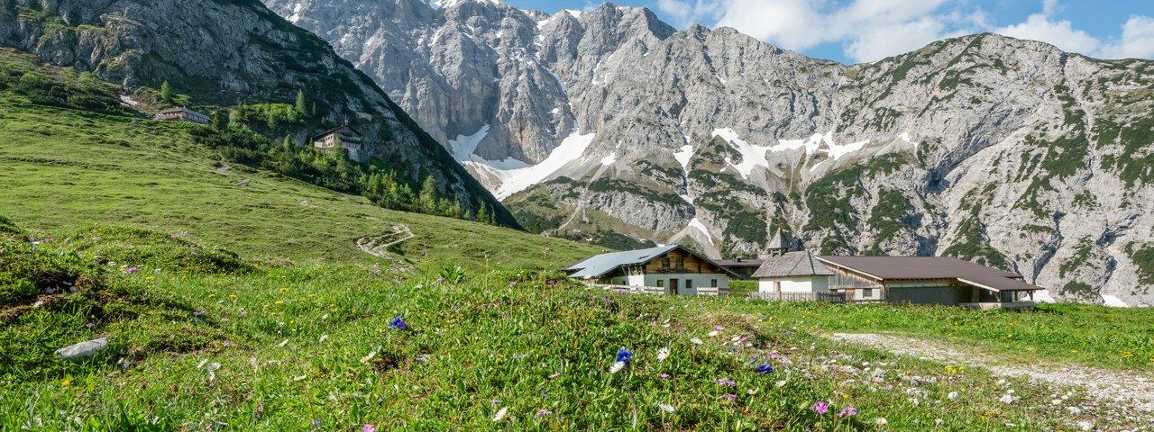 The Karwendelhaus hut with the surrounding Karwendel Mountains, © Olympiaregion Seefeld / Stefan Wolf