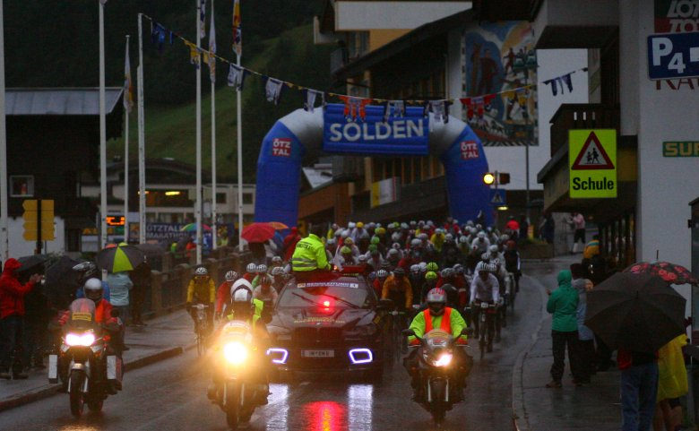 The cannon was firing to signal the start in the dark and in pouring rain. The speed from Sölden to Ötz was very high, despite the wet road. (Copyright: Sportograf)