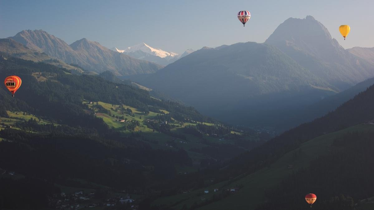 The international hot air balloon week in Kirchberg is an annual festival which attracts dozens of teams from around the world. Guests can also use the opportunity to see the world from a different perspective., © Albin Niederstrasser