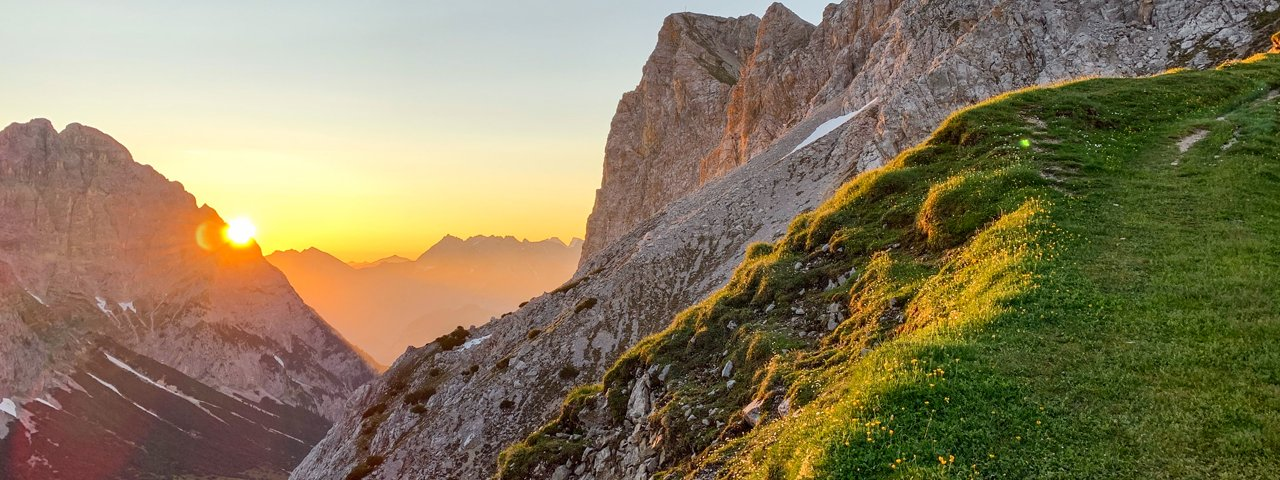 Sunrise hike to the top of a mountain, © Tirol Werbung/Jannis Braun
