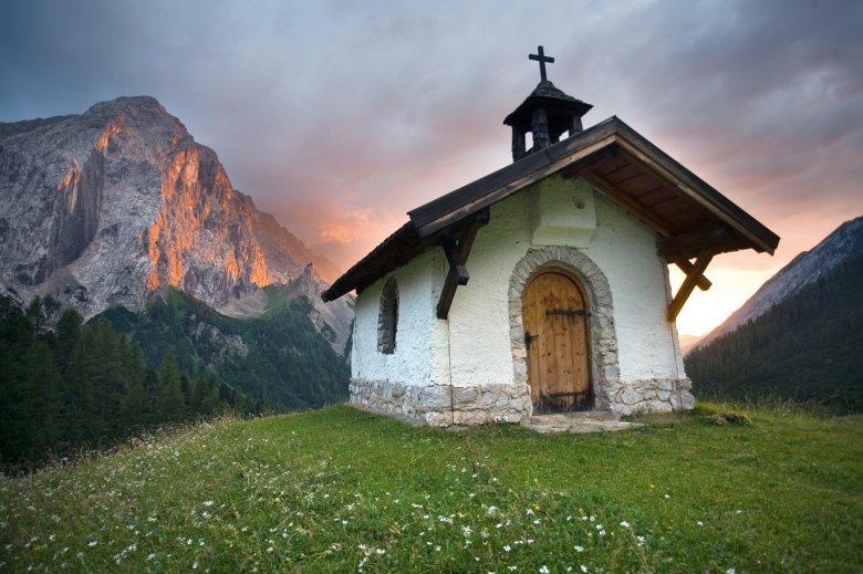 The chapel at the Hallerangeralm in front of the Großer Lafatscher peak. (c) TVB Innsbruck/Roger Rovira