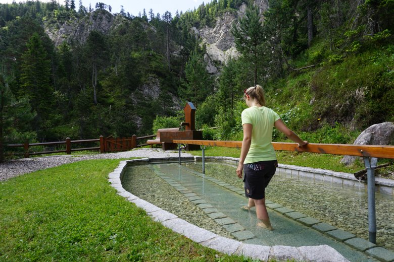 With each step, take one leg completely out of the water for 30 to 60 seconds – like a stork's gait. © Olympiaregion Seefeld