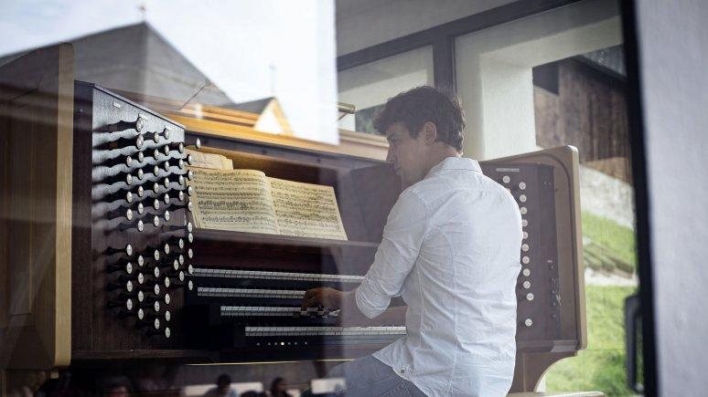 Johann Berger playing the Heldenorgel organ at Kufstein Fortress, © Tirol Werbung/Lisa Hörterer