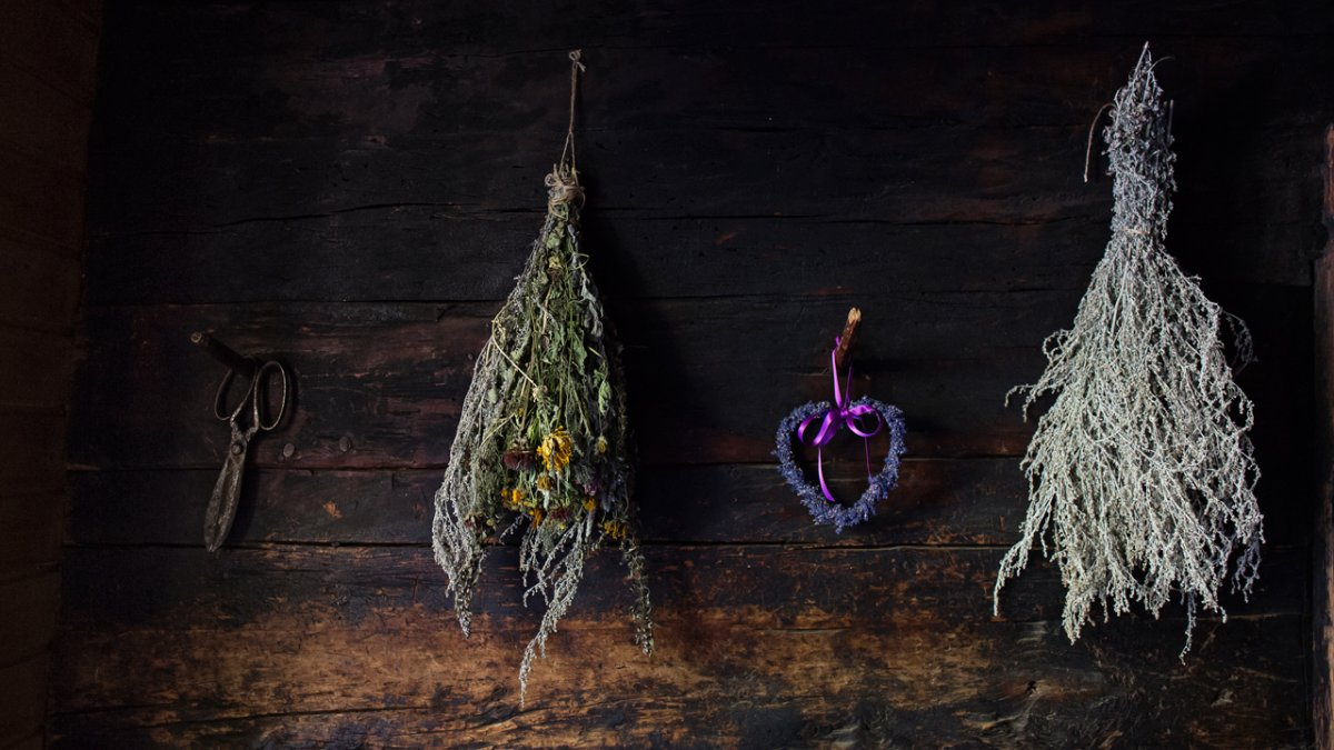 Regina works with 55 different herbs. Many of them are dried., © Tirol Werbung/Lisa Hörterer