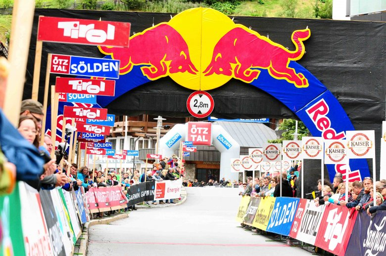 The finish line resembles the one of the Tour de France: Welcome to Sölden. (Copyright: Sportograf)