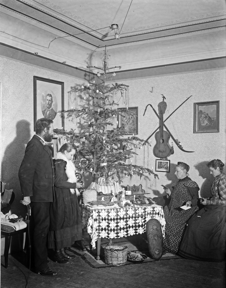 A rare photo of Christmas around 1900 showing the Kneußl family in Schwaz(the lady on the right is not holding a mobile phone but in fact a book of carols). Copyright: Kneußl Collection – TAP, Lienz