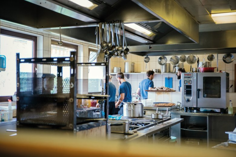 Cooking time: Lunch time is rush hour in the kitchen of the Meilerhof – no convenience products but instead lots of home-made dishes.