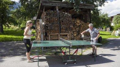 Tischtennis spielen am Hof