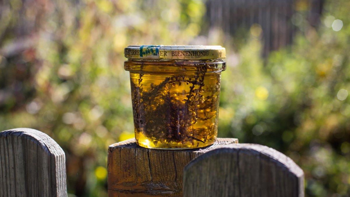Elisabeth Maaß uses produce from her organic herb garden to make oils, creams, teas, schnapps and pesto., © Tirol Werbung/Lisa Hörterer