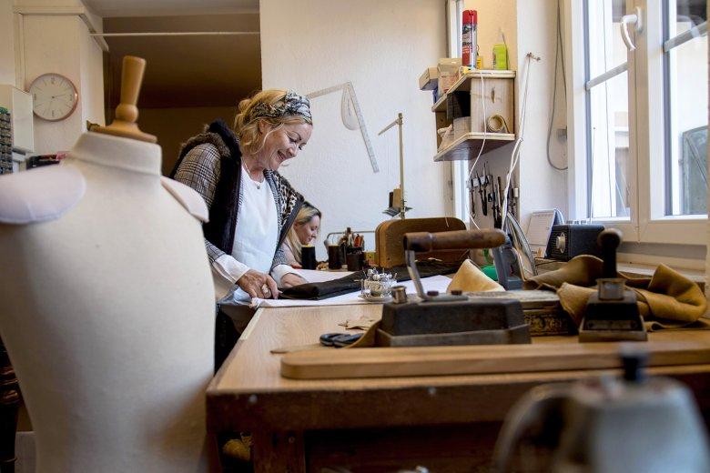 """""""Säckler"""" Master Stefanie Wimmer in her workshop in East Tirol. Photo by Tyrolia Verlag"""