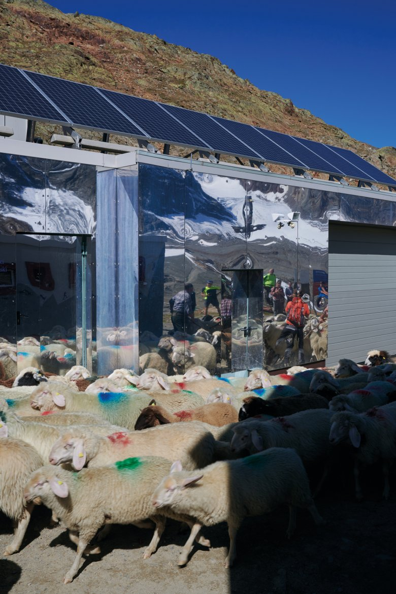 Without the sheep in tow, you can reach the mountain shelter Schöne Aussicht (Beautiful View) from the Hochjoch Hospiz just above the Rofenbergalm hut within three hours.