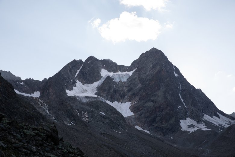 The twin peaks of the Watzespitze mountain. The eastern ridge leads along the darkest section of the photo.