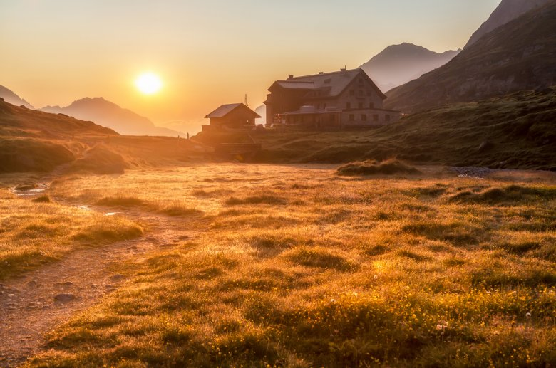 Franz-Senn Hut in the Stubai Alps (c) Alpinbilder / Hans Sterr
