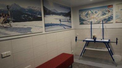 Skiraum mit Wachseltisch, © Hotel Olympia Tirol, Mösern