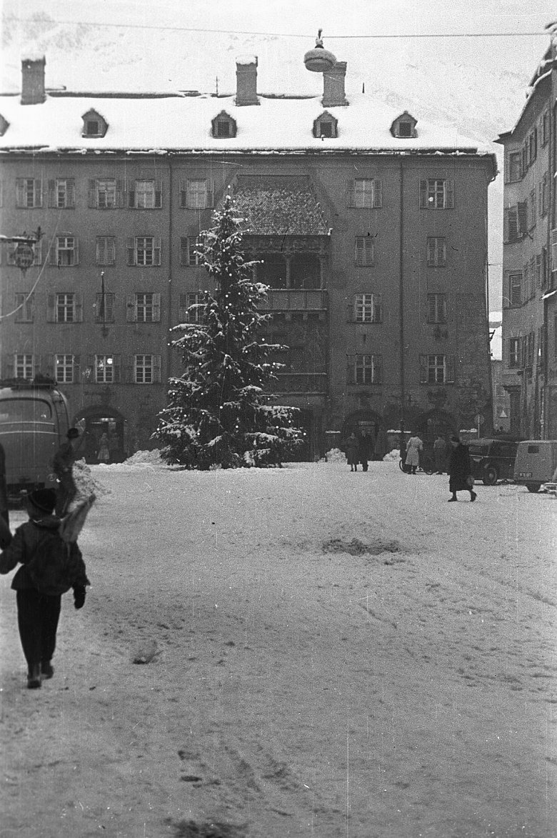 Christmas tree in front of the Golden Roof, 1951. Copyright: Innsbruck City Archive