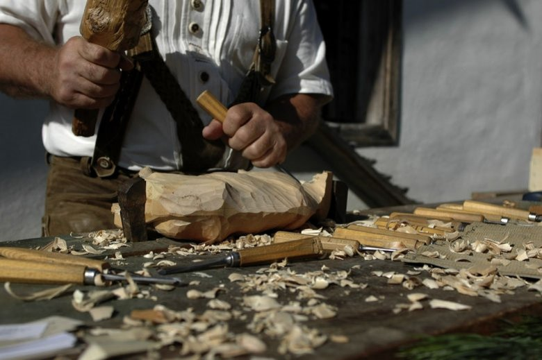 In autumn, you can live out your creativity, for example by carving.