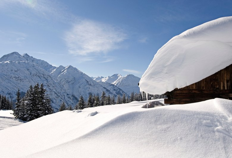 A snowed-in log cabin in Lechtal Valley. (Photo: TVB Lechtal, Irene Ascher)