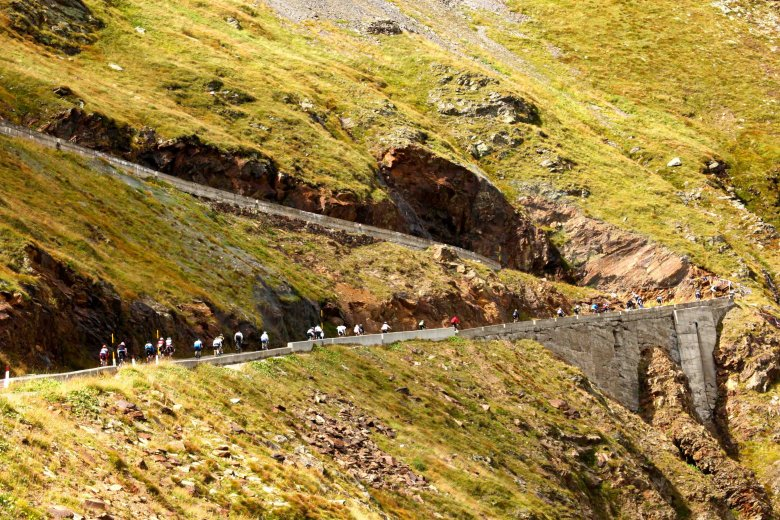 Timmelsjoch, the final ascent of the day. Hairpins as far as the eye can see. (Copyright: Sportograf)