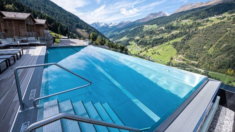 Infinity pool at the Stadldorf Bergwiesenglück