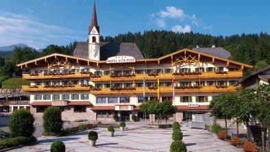 Hotelfassade im Sommer